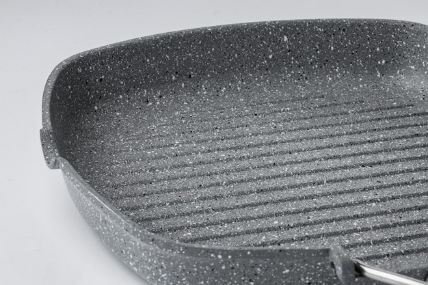 Новая керамическая сковорода с антипригарным покрытием на белом фоне
