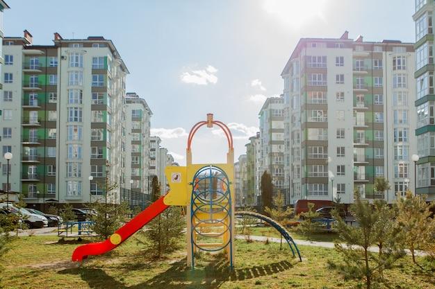 Новая детская площадка возле многоквартирного дома