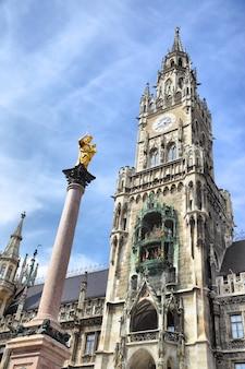ドイツ、ミュンヘンのマリエン広場にある新しい市庁舎と聖マリアの柱