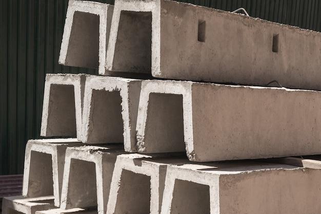 연속으로 쌓인 배수용 새 콘크리트 블록. 건축 재료