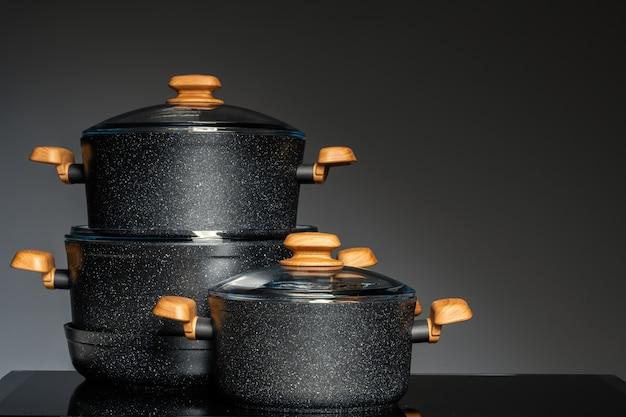 Новая посуда на черном фоне, вид спереди