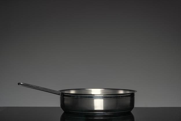 Новая посуда на черном, вид спереди