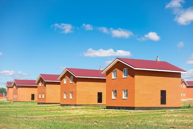 Новый коттеджный поселок. ряд новопостроенных двухэтажных домов.