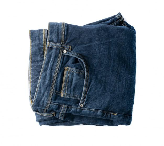 Новые синие джинсы вид сверху. брюки из денима индиго, изолированные на белом фоне
