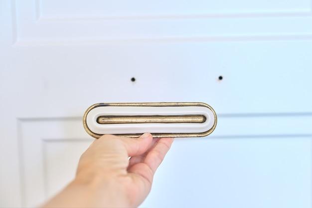 옷장에 새 문, 문 손잡이 설치.
