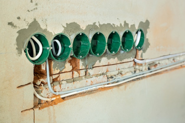 새로운 전기 배선 설치, 플라스틱 상자, 벽면 콘센트 소켓용 전기 케이블, 리노베이션 개념.