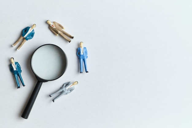 虫眼鏡とコピースペースを使用した作業のための新入社員検索コンセプト。