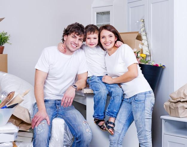 若い幸せな家族のための新しいフラット