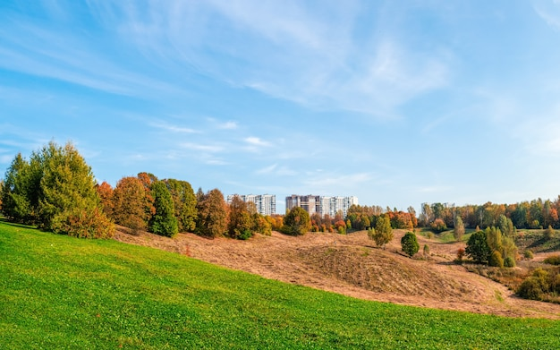 モスクワ郊外の緑の丘にある新しい高層ビル。美しい風景の眺め。ロシア。