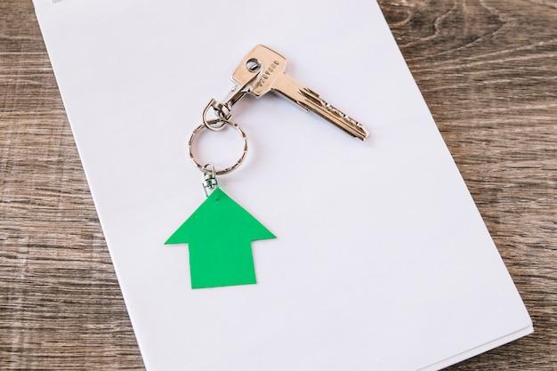 紙の上に新しい家の鍵