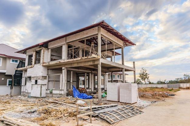 建設現場で建設中の新しい家