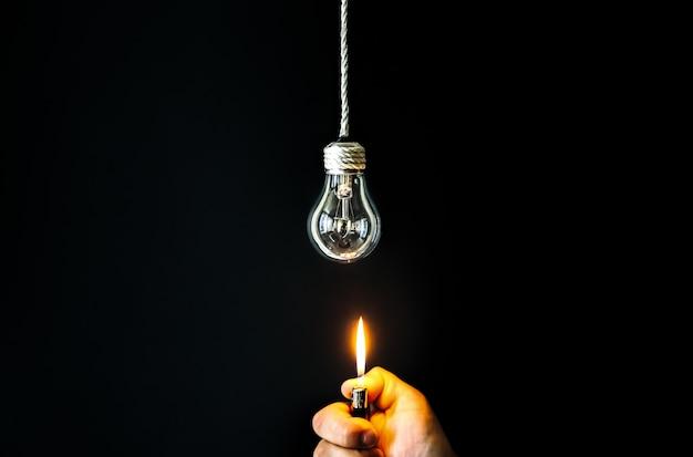 新しいアイデアのコンセプト。男は電球の近くにライトナーを持っています。
