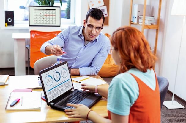 새로운 정보. 그녀의 선생님과 수업을하면서 노트북 화면을보고 좋은 즐거운 여자