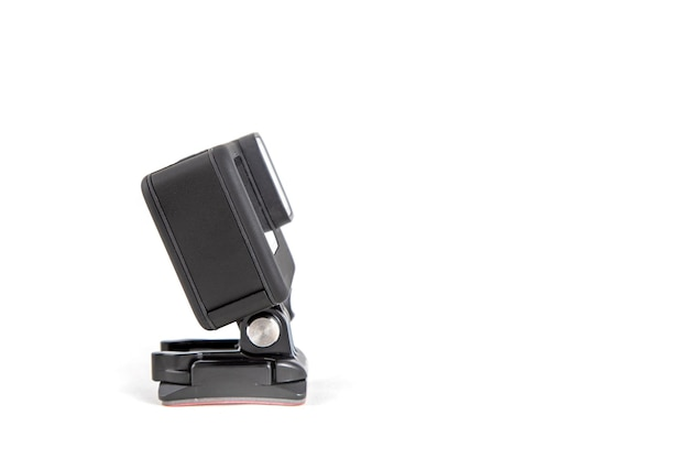 Новая экшн-камера k на присоске черного цвета на изолированном белом фоне