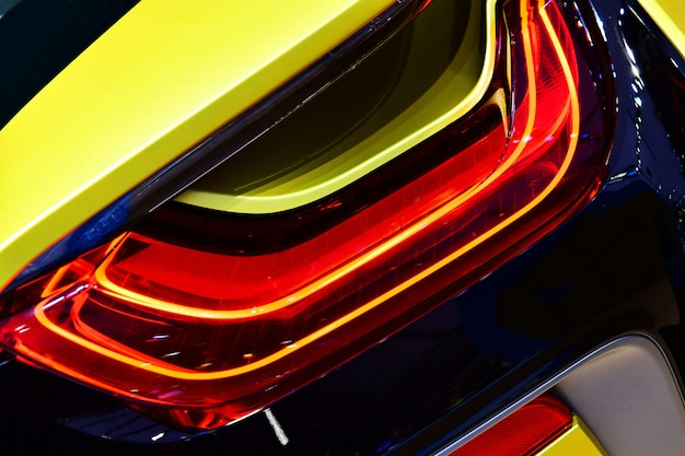 Новый светодиодный задний фонарь в гибридной спортивной машине.