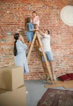 新生活。大人の家族が新しい家やアパートに引っ越しました。配偶者と子供たちは幸せで自信を持って見えます