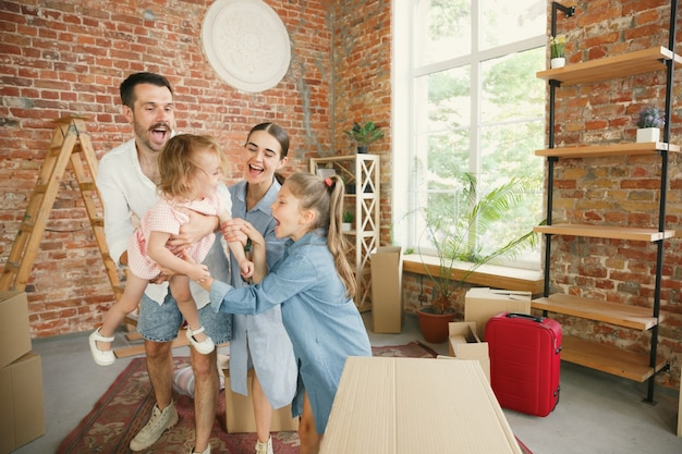 Новая жизнь. взрослая семья переехала в новый дом или квартиру.