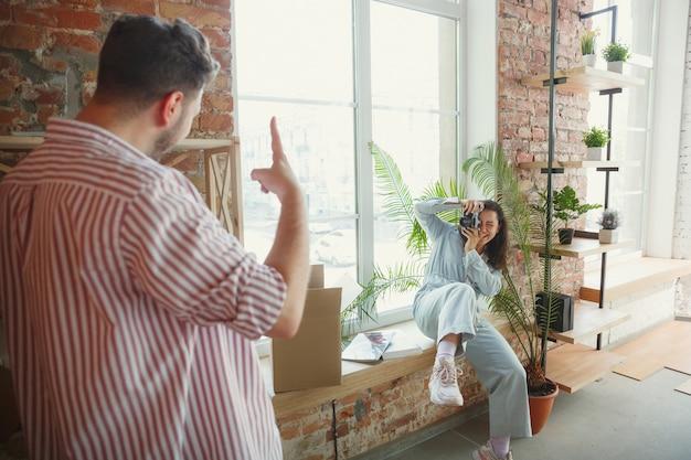 新生活。若いカップルは新しい家やアパートに引っ越しました。幸せで自信を持って見える