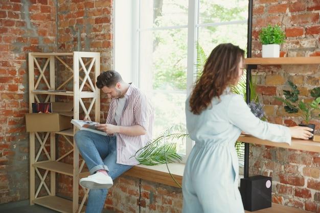 Новая жизнь. молодая пара переехала в новый дом или квартиру.
