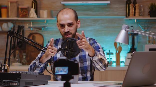 뉴 미디어 스타는 전문 장비를 사용하여 홈 스튜디오에서 라이브 팟캐스트 중 콘테스트 우승자를 발표합니다. 창작 온라인 쇼 온에어 프로덕션 인터넷 방송 호스트 스트리밍 라이브 콘텐츠, 녹음