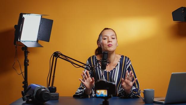 구독자를 위한 온라인 팟캐스트를 녹음하는 뉴미디어 스타. 전문 스튜디오에서 마이크가 있는 소셜 미디어 인터넷 웹 온라인 청중의 새 에피소드에 대한 콘텐츠 제작자 인플루언서