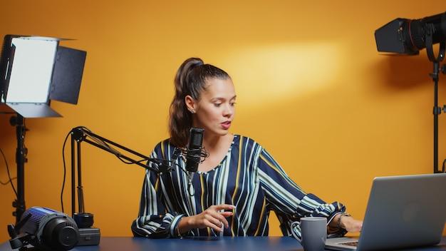 새로운 미디어 스타가 카메라에 대고 이야기하고 그녀의 쇼의 새로운 에피소드를 녹화합니다. 인터넷 웹 온라인 가입자를 위한 소셜 미디어 녹음에 대한 콘텐츠 제작자 인플루언서, 마이크로프가 포함된 새 팟캐스트 청중