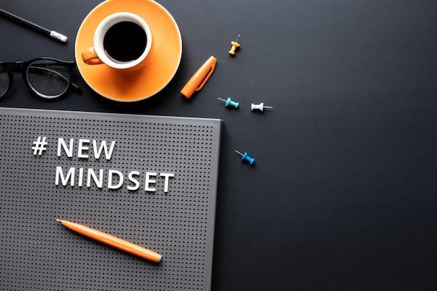 Текст нового мышления на цветном фоне. концепции вдохновения и мотивации. пространство для копирования
