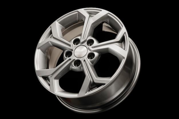 검정색 배경에 새로운 현대 합금 휠 클로즈업. 아름다운 차.