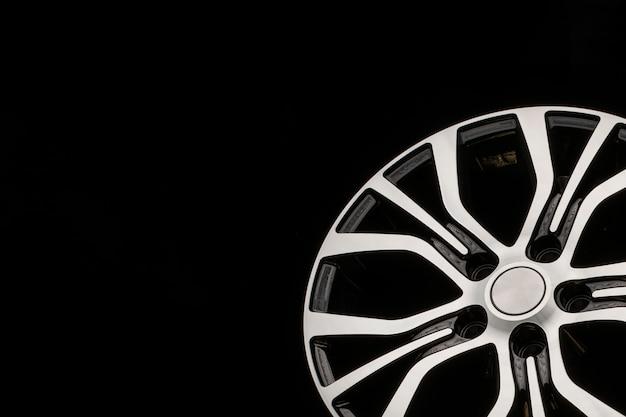 新しいモダンなアロイホイール、ブラックのフロントパーツ。クローズアップチューニングの詳細、自動車部品。コピースペーステキスト用の空スペース