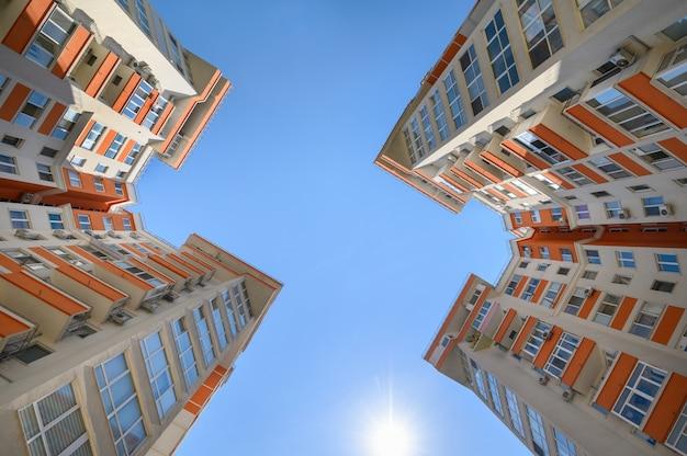 아래에서 촬영한 새로운 현대식 아파트 건물