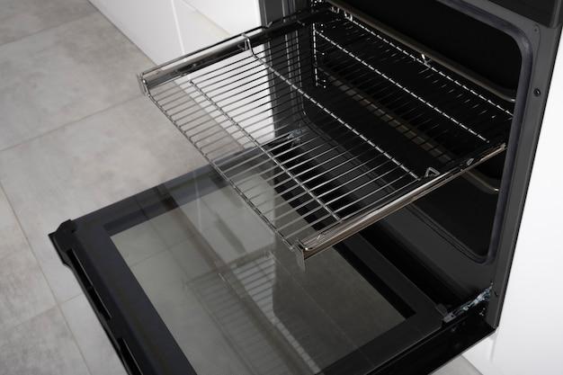 스크린, 컨벤션 및 그릴, 비어 있고 개방 된 검정색으로 제작 된 새로운 현대식 전기 오븐.