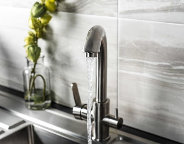 Nuovo e moderno rubinetto in acciaio in cucina