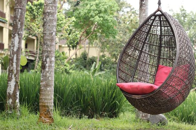 Новые современные качели, гнездо или птичье гнездо, качели для сидения и отдыха в парке или отеле, крупным планом, горизонтальная ориентация