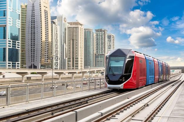 アラブ首長国連邦のドバイの新しい近代的なトラム