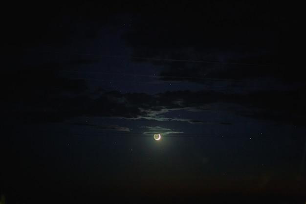 夜の新月星のある空の成長する月夜の月の月