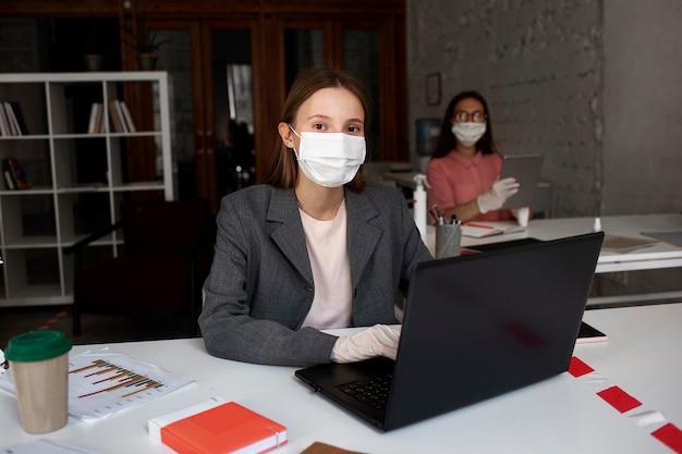 フェイスマスク付きのオフィスでの新しいノーマル