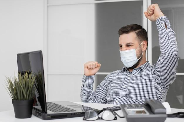 Новый нормальный в офисе с маской для лица