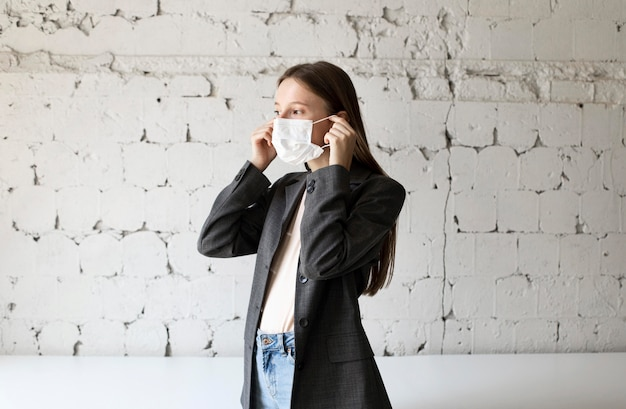 Новый стандарт для корпоративного работника с маской для лица