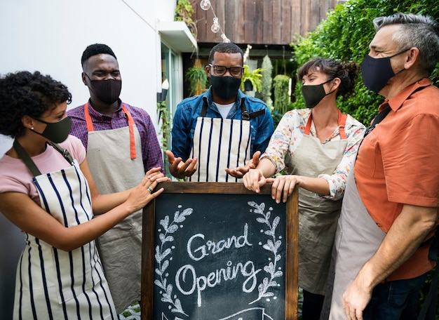Nuova normale grande apertura della caffetteria durante la pandemia di corornavirus