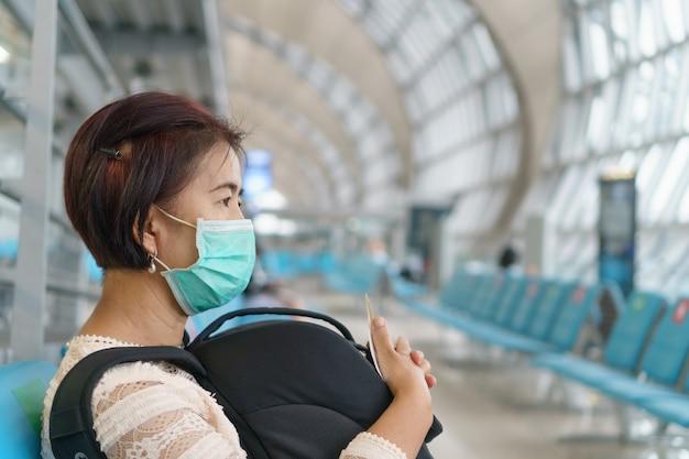 새로운 일상 생활, 항공 여행객은 covid-19를 보호하기 위해 마스크를 착용해야합니다
