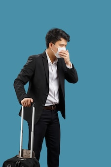 새로운 정상적인 라이프 스타일, 여행하고 얼굴 마스크를 착용하는 사업가는 코로나 바이러스 covid-19를 보호합니다