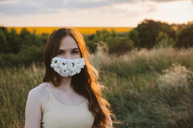 新しい通常のロックダウンフェイスマスク保護フェイスステートメントマスクの女性の屋外ポートレート