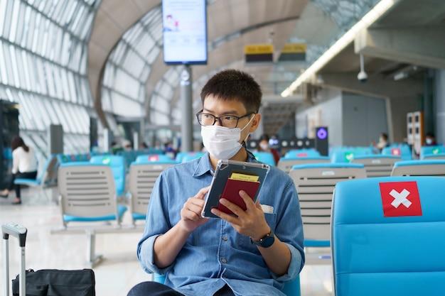 Новый нормальный турист в маске путешествует по аэропорту