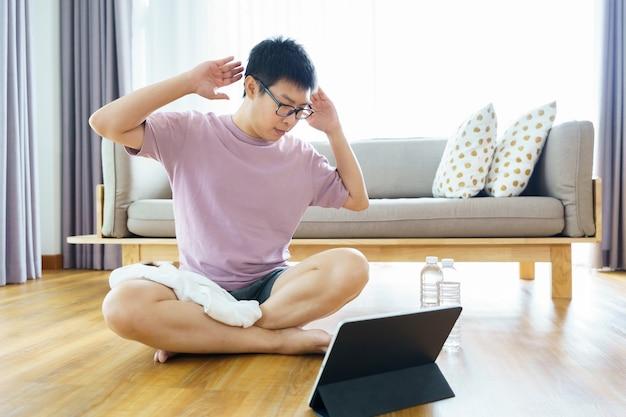 가정에서의 새로운 정상적인 훈련 35-40 세의 아시아 인 남성, 갈색 피부, 가정 운동.