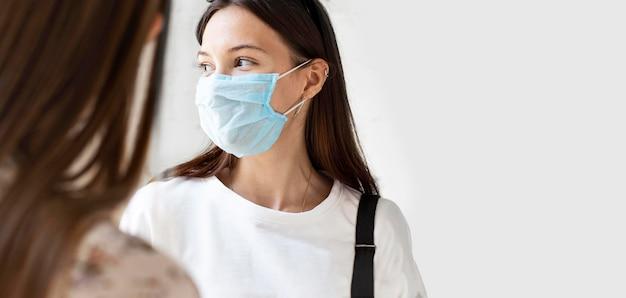 Новый нормал с маской для лица и социальной дистанцией