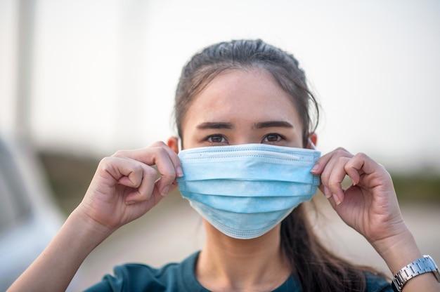 Новая нормальная женщина в маске от пыли и вирусе короны перед поездкой в разные места в повседневной жизни