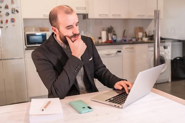 Новые нормальные люди во время пандемии коронавируса, мальчик-бизнесмен, работающий из дома