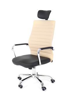 白で隔離される新しいオフィスの椅子