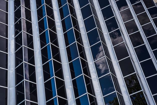 新しいオフィスの未来的なガラスの抽象的な背景
