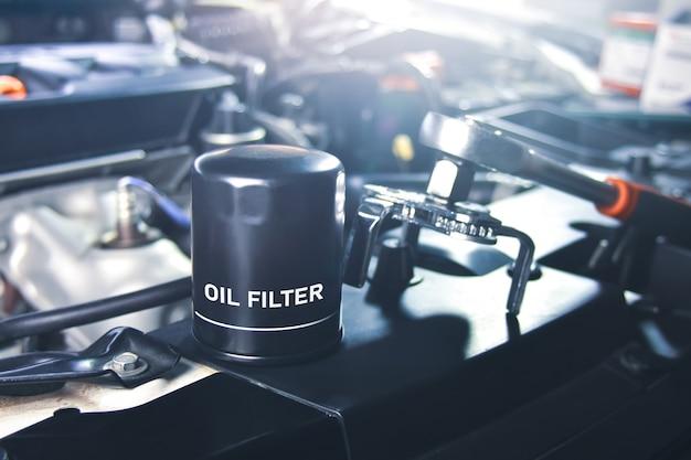 Новый масляный фильтр автомобиля для обслуживания маслосистемы двигателя в ремонтной мастерской.